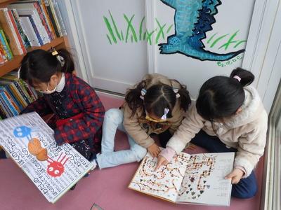 夢中で読む子どもたち.JPG